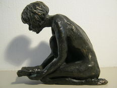 """Astrid Veldhuyzen-Koppen - signed sculpture of girl sitting with book - commissioned - """"De ontdekkingsreis"""" - including a copy of a certificate"""
