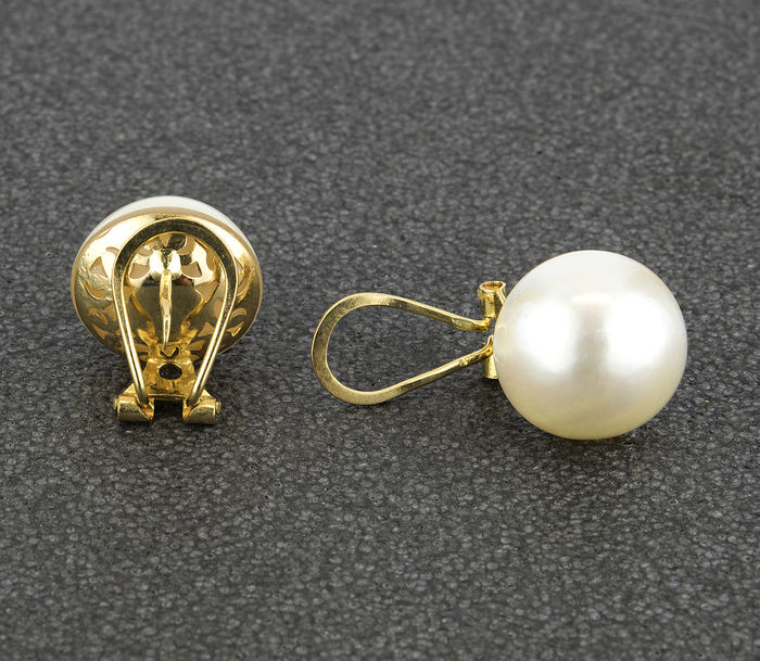 Yellow gold, 750/1000 (18 kt) – Earrings – Mabé cultured pearls measuring 12 mm in diameter