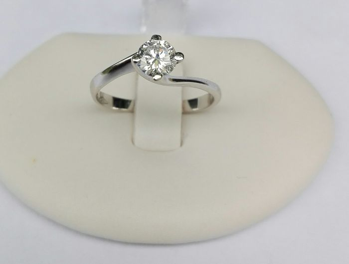 Ring in 18 kt white gold with solitaire brilliant cut diamond, 0.40 ct, F/VS, ring diameter: 19 mm