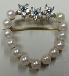 18 carat gold brooch, set with cultured pearls, diamonds and a Sapphire.