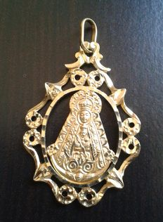 18 kt gold pendant with the image of the Virgin of El Rocío - Size: 4.4 x 2.7 cm