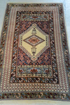 Beautiful Tunisian carpet, 209 x 139 cm. End of the 20th century