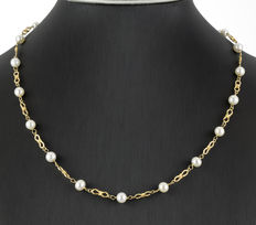 Yellow gold necklace interspersed with 20 Akoya round cultured pearls of 6.00 mm.