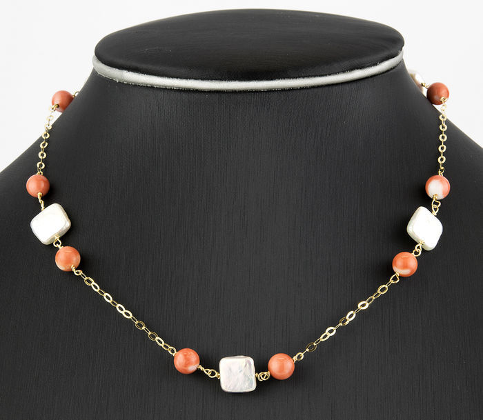18 kt (750/1000) yellow gold choker with natural corals of 6.50 mm in diameter and cultured square designed pearls of 10.50 mm in diameter