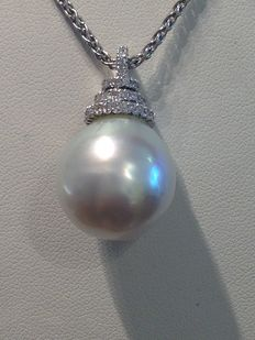 Necklace with salt water pearl pendant, measuring 18 mm in diameter, and 0.35 ct diamonds.