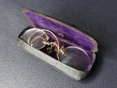 Pince nez with gold nose bridge and ear chain in holdall - ca. 1900