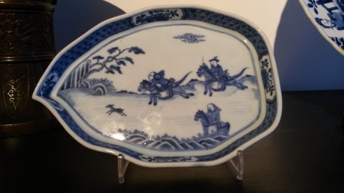 Blue white pattipan in leaf shape, hunting decoration - China - 18th century