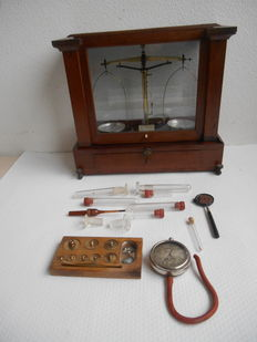 Pharmacists balance - Dutch - with weights and miscellaneous - ca. 1910