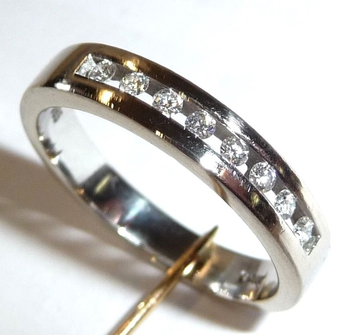 14 kt 585 white gold ring with 8 brilliant cut diamonds