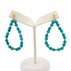 Long dangle 18 kt yellow gold earrings composed of turquoise beads.