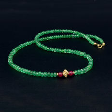 Necklace with emeralds, rubies and 18 kt (750) yellow gold clasp