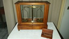 Pharmacist scales in original box - England - ca. 1900