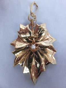 Gold medallion pendant, 14 karat, with leaf patterns and a pearl Europe, around 1900