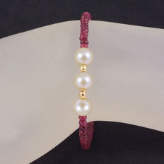 Bracelet with rubies and cultured pearls with 18 kt yellow gold clasp and trimmings