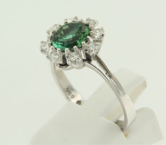 18 kt White gold ring with a mint green gemstone and 8 brilliant cut diamonds, 0.40 ct, ring size 18 (57)