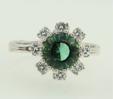 18 kt white gold ring with a mint-green glass stone and brilliant cut diamonds, ring size 18 (57).