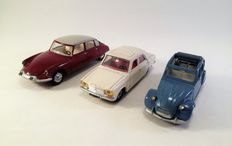 Dinky Toys-France - Scale 1/43 - Lot with 3 French models: Citroën 2CV No.500, Citroën DS 19 No.530 and Peugeot 304 No.1428