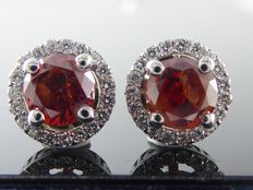 White gold ear studs set with exclusive fancy bordeaux diamonds of 1.40 ct in total