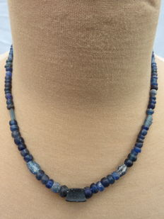 Roman necklace with blue iridescent glass beads - 47 cm.