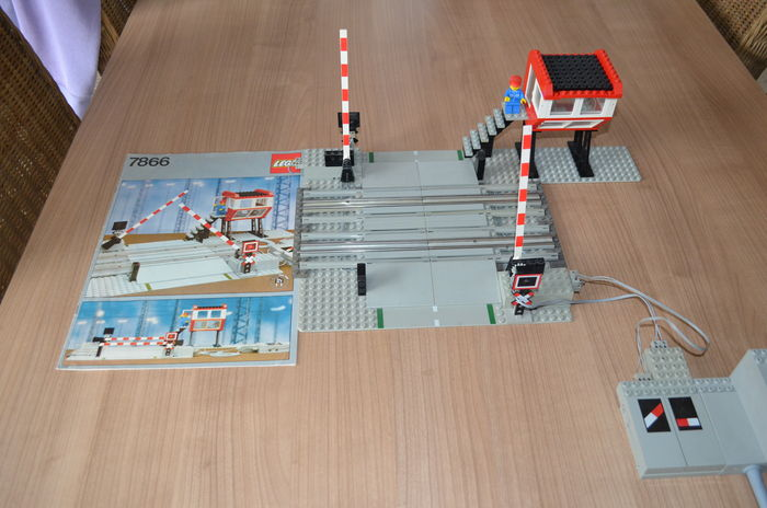 Trains 12V - 7866 - Remote Controlled Road Crossing
