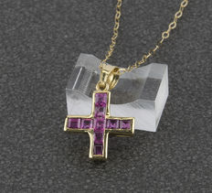 Choker with cross pendant in yellow gold with carre cut rubies