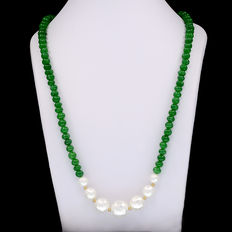 Long necklace composed of emeralds and cultured pearls, with trimmings and clasp in 18 kt (750) yellow gold.