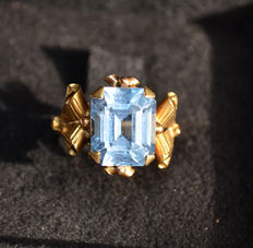 Ring from Italian goldsmith workshop, 1940s, 18Kt gold with aquamarine