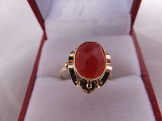 Elegant women's ring in 14 karat gold with carnelian stone, the Netherlands, 20th century.