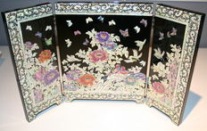 3-sided folding screen and 2 hand fans - Korea / China - 21th century.