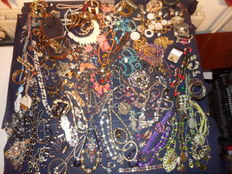 A massive lot of Decorative Jewellery with more than 225 items and collectibles.
