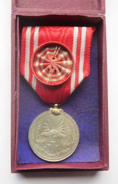 Japanese Red Cross medal of honour in rare bordeaux red box. Early 20th century.