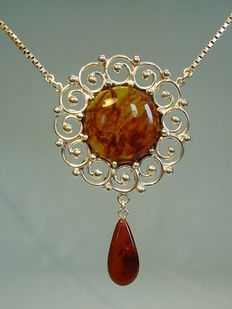 Design necklace with amber handmade around 1935 / 40