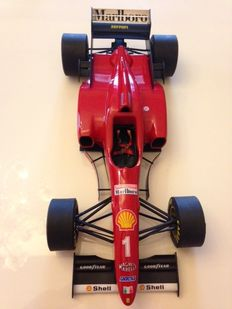 Paul's Model Art - Escala 1/8 - Ferrari F310/2 Michael Schumacher #1