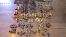 Large batch of bronze, copper and (cast) iron handles, plate ornaments etc. (85 pcs) - 19th and 20th century.