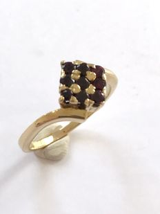 14 kt yellow gold wavy ring with garnet in a prong setting – Ring size: 17¼