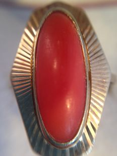 14 kt Gold ring with precious coral, substantial size
