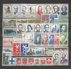 France 1958/1962 – Selection of 5 complete years – Yvert nos. 1142/1367 and 5 Red Cross books 1958/62 nos. 2007/2011