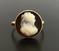 19th century ring in 18 kt yellow gold with a central cameo on agate representing the profile of a woman