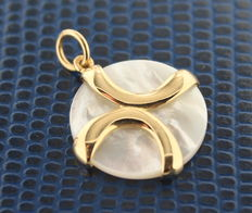 Yellow gold pendant set with mother of pearl