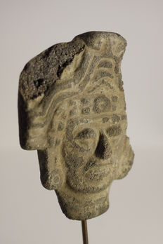 A pre-Columbian anthropomorphic head in earthenware – height : 10.5 cm