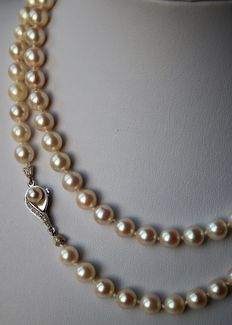 Long pearl necklace of approx. 76 cm with genuine round Japanese salt water Akoya pearls (A quality) with beautiful lustre, 14 kt white gold clasp with small 8/8 cut diamonds.  Very good condition.