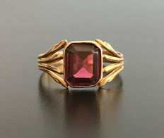 Antique ring in 18 kt yellow gold decorated with a Verneuil spinel - no reserve price.