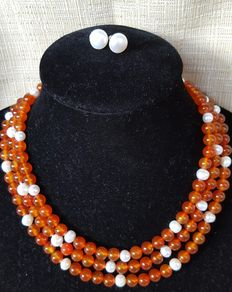 XL necklace composed of carnelian beads and freshwater cultured pearls – Pearl earrings with silver