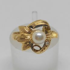 18 kt yellow gold ring with pearl
