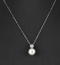 White gold choker and pendant, with 1 diamond weighing 0.20 ct, and an Australian South Sea cultured pearl measuring 10.50 mm.