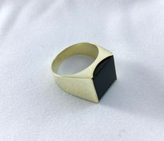 Onyx yellow gold ring