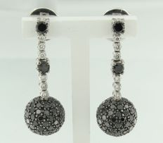 White gold 18 kt dangle earrings, set with white and black, brilliant cut diamonds.