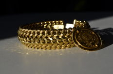 Gorgeous, 18 kt gold bracelet with coin.