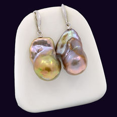 Long earrings, with two cultured baroque pearls. Edison pearls, with an iridescent effect.