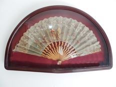 Art Nouveau folding fan - Carved and polychromed wood - Embroidery and laces - in high quality frame, Spain, 19th century